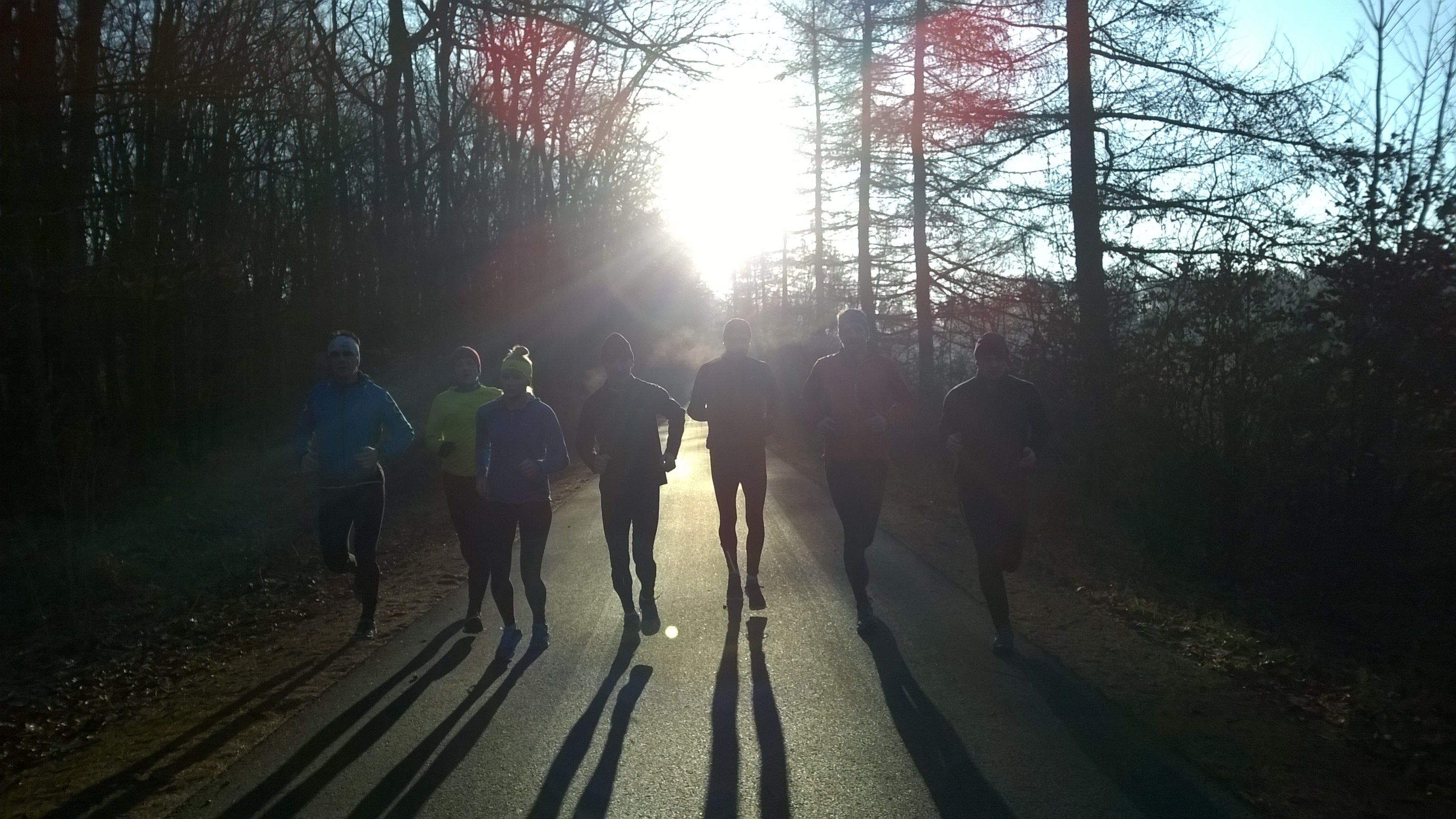 nasz grupa czasami liczy 3 os, innym razem 12. Pojawiają się zawodowi maratończycy, olimpijczycy, mistrzowie świata ... i jak poczuć moc, w takim towarzystwie ?