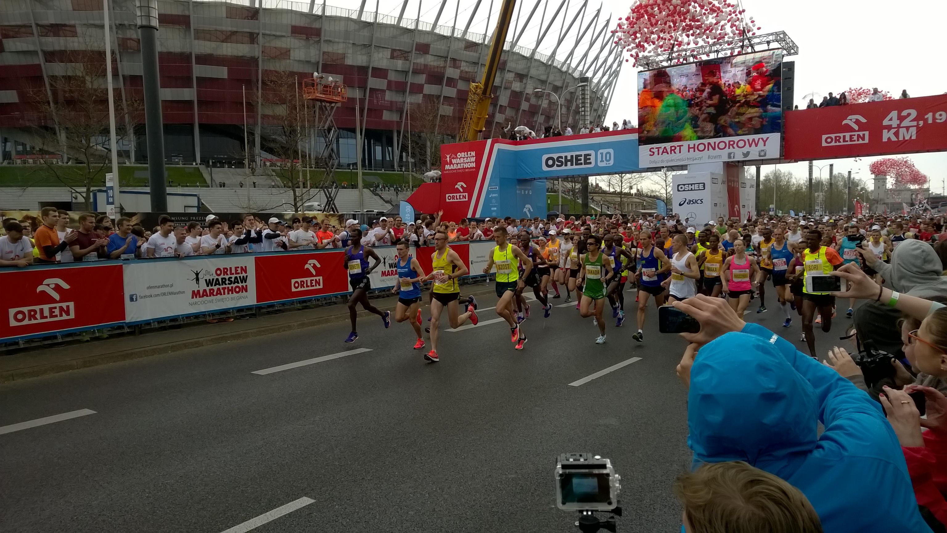 start maratonu - Henryk Szost w jasno seledynowej koszulce