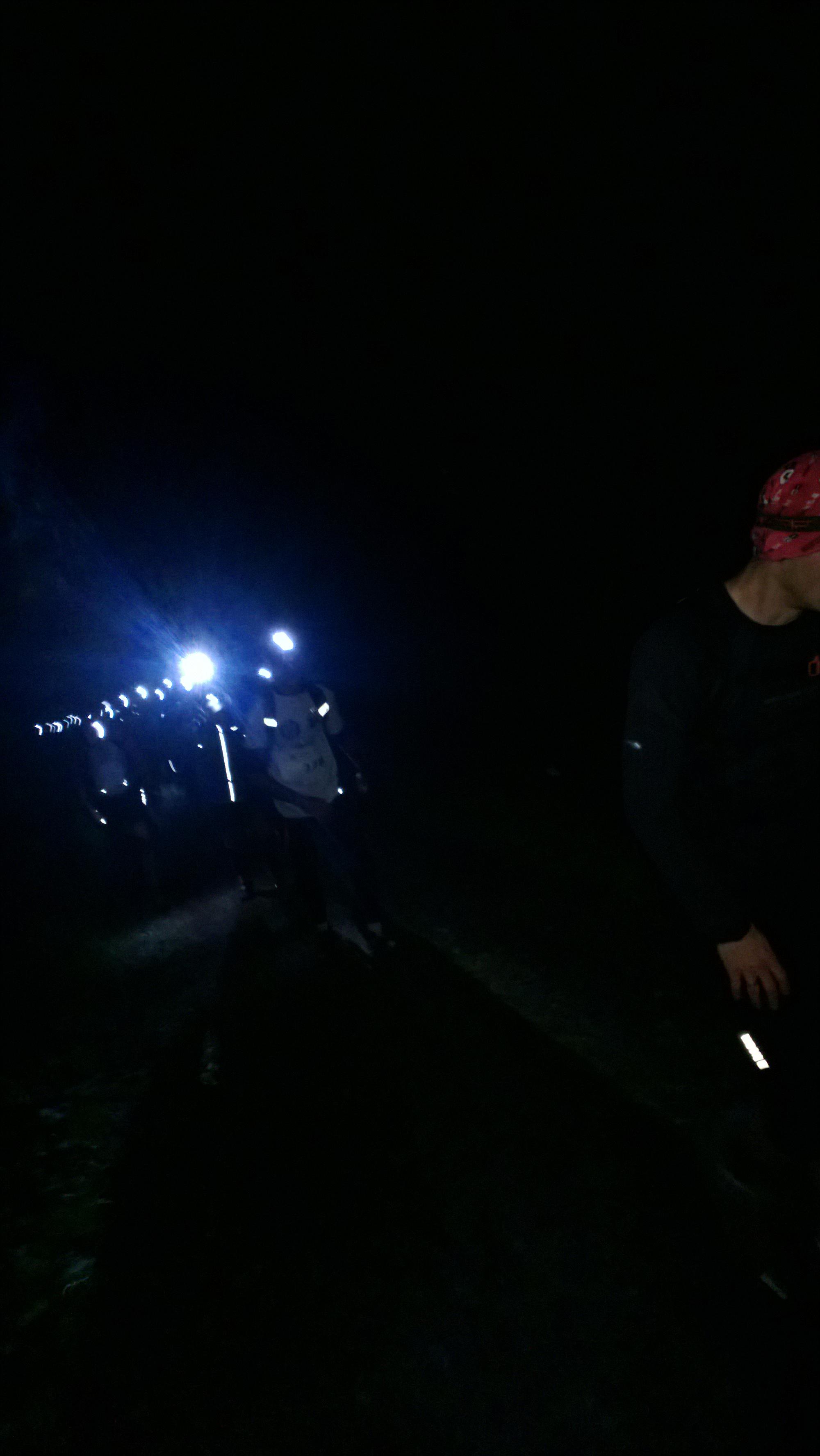 światła lamp czołowych