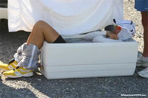 Scott Jurek - schładzany w wannie z lodem - na trasie Badwater