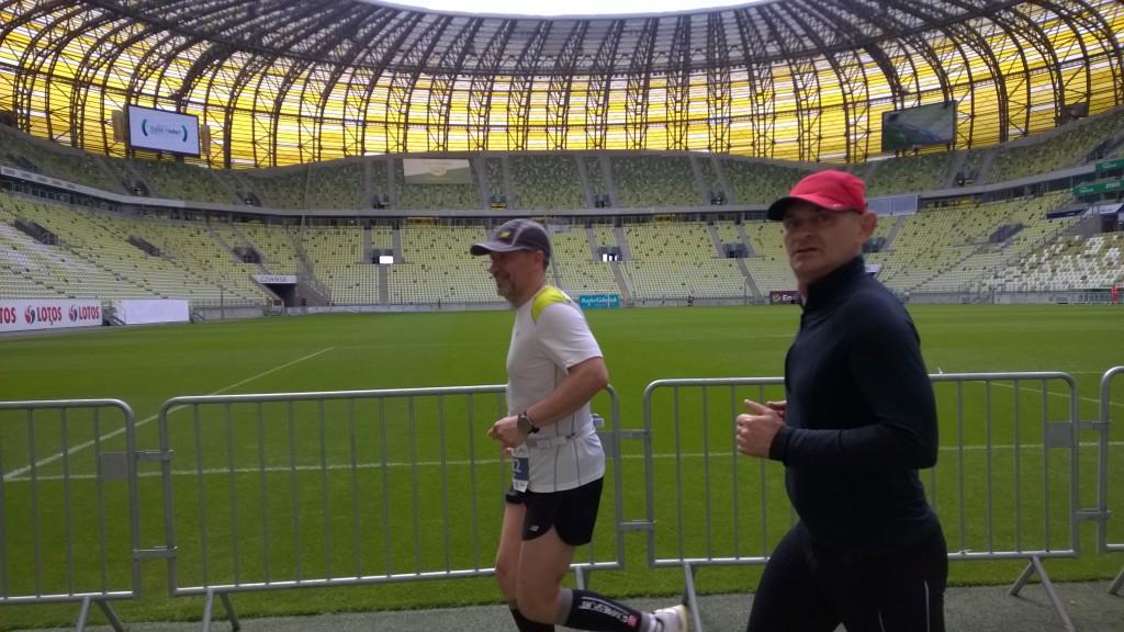 Końcówka maratonu Roberta (3g24min) -my pobiegliśmy z Andrzejem ostatnie 11km - tu przebiegamy przez piękny stadion piłkarski w Gdańsku